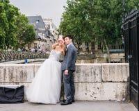 La jeune mariée prend un selfie d'elle-même et de son marié chez le Pont de l'Archeveche, Paris Images stock