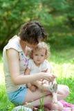 La jeune mariée que la mère est met des chaussures de bébé dessus Image libre de droits