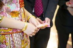 La jeune mariée reçoit l'argent de pockey Photographie stock libre de droits