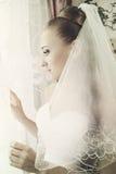 La jeune mariée regarde à l'extérieur l'hublot Photos libres de droits