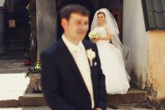 La jeune mariée regarde avec fierté dans ses yeux le fiancé Photos stock
