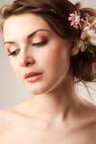 La jeune mariée regarde vers le bas Photos libres de droits