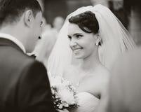 La jeune mariée rencontre le marié Photographie stock libre de droits