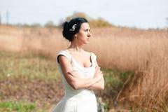 La jeune mariée seule avec des fleurs dans une coiffure Image stock