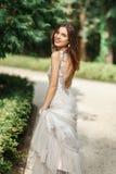 La jeune mariée sourit Photos stock