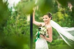 La jeune mariée sourit Images stock