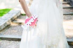 La jeune mariée tenant l'amour de mots est Photo libre de droits