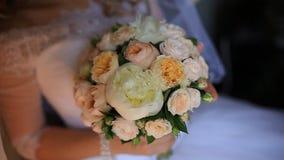 La jeune mariée tenant un bouquet banque de vidéos