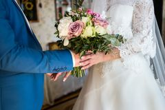 La jeune mariée tenant un bouquet de mariage dans les mains de la BO l'épousant Photo libre de droits