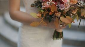 La jeune mariée tient le beau bouquet de mariage de différentes fleurs Bouquet nuptiale le jour du mariage Bouquet de beau banque de vidéos