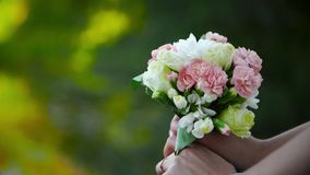 La jeune mariée tient un bouquet l'épousant par la rivière banque de vidéos