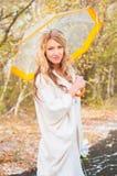 La jeune mariée tient un parapluie dans des ses mains image libre de droits