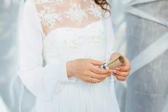 La jeune mariée tient une lettre Photo libre de droits