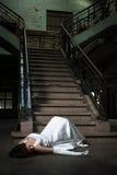La jeune mariée tombent vers le bas des escaliers Photos stock