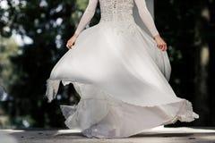 La jeune mariée tourne autour photos libres de droits