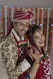 La jeune mariée indoue indienne et toilettent un couple de sourire heureux. Photographie stock libre de droits