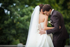 La jeune mariée élégante embrasse le marié Images libres de droits