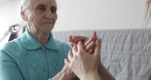 La jeune petite-fille prend soin de sa grand-mère clips vidéos