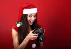 La jeune photographie femelle a fait la photo et regarder in camera le sho Photo stock