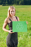 La jeune prise de femme d'affaires d'énergie verte réutilisent le signe Images stock