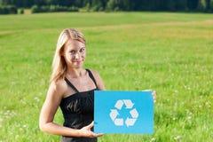 La jeune prise de femme d'affaires d'énergie verte réutilisent le signe Photographie stock libre de droits