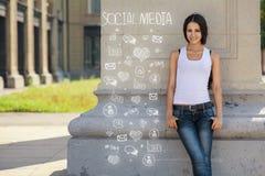 La jeune, sûre fille tient le mur proche, dans l'attente, infographic Photos libres de droits