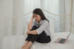 La jeune sensation asiatique de femme d'affaires a soumis à une contrainte/inquiétude/mal de tête/triste/cri d images stock