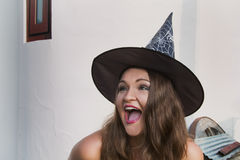 La jeune sorcière est heureuse au sujet de Halloween Photo libre de droits