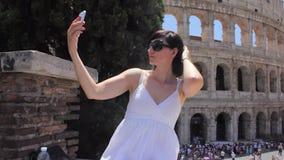 La jeune touriste caucasienne de femme font le selfie sur la belle vue de la ville antique européenne avec le téléphone intellige clips vidéos