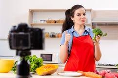 La jeune vidéo de enregistrement végétarienne femelle pour son blog images libres de droits