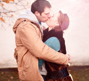 La jeune ville de couples au printemps, embrassant, s'aiment, famille heureuse, vêtements d'automne de relations de concept de st Photo stock
