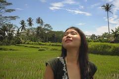 La jeunes beaux jungle et riz les explorant de touristes chinois asiatiques mettent en place le secteur de protection dans Bali h Images stock