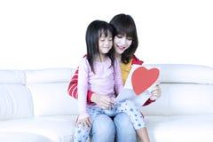 La jeunes mère et fille ont lu la lettre Photos libres de droits
