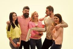 La jeunesse célèbrent avec des boissons et la pizza, passent le temps ensemble, parlant Concept de partie de pizza d'étudiants Ét photos stock