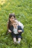 La jeunesse, la croissance, le futur frère et la soeur jouent le jour d'été photographie stock libre de droits