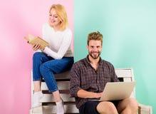 La jeunesse dépensent des loisirs se préparant à l'examen d'entrée Étudiants de couples avec l'étude de livre et d'ordinateur por image stock