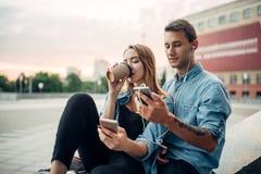 La jeunesse d'intoxiqué de téléphone ne peut pas vivre sans instruments image libre de droits