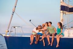 La jeunesse fait le selfie sur un yacht