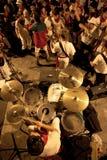 La jeunesse ont l'amusement avec le groupe de rock chez San Fermin Images libres de droits