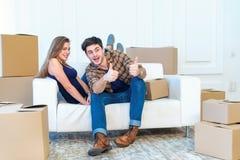 La joie de l'entrée dans la maison Un couple affectueux tenant la boîte dedans Photo libre de droits