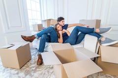 La joie de l'entrée dans la maison Un couple affectueux tenant la boîte dedans Photos libres de droits