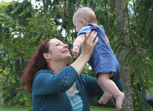 La joie de la mère images libres de droits