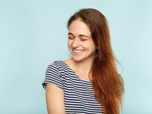 La joie heureuse d'émotion a captivé le sourire de lancement de fille image libre de droits