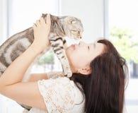 La jolie étreinte de femme et embrassent son chat Photographie stock libre de droits