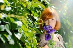 La jolie adolescente rousse avec le pourpre s'est levée Photo libre de droits
