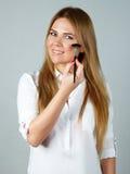 La jolie application de femme composent avec la brosse Image stock