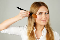 La jolie application de femme composent avec la brosse Images stock