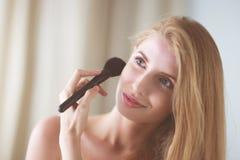La jolie application de femme composent avec la brosse Image libre de droits
