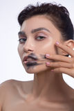 La jolie calomnie de femme noircissent des lèvres de couleur Images libres de droits