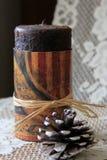 La jolie décoration de la bougie et du pinecone americana a placé sur le coureur de table de dentelle Photos stock
